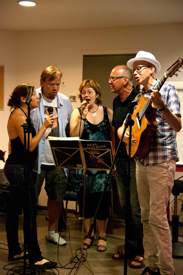 ... med sång av Elisabeth Richter, Mikael Jansson, Annika Sandred, P-U Svensson och Mats Ossung