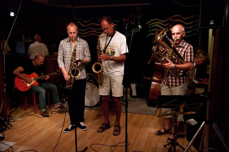 Lärarjam! Thomas Arnesen, Klas Toresson, John Högman, Bertil Strandberg, Claes-Göran Skoglund. Skymda är trummis David Wickins och basist Ambjörn Hugardt.