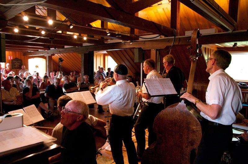 Klas Toressons grupp Santa Clauses konserterar.